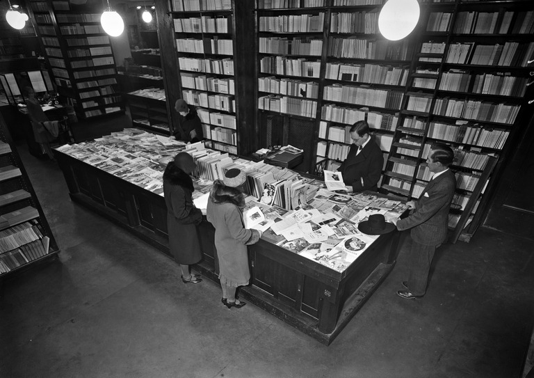 Customers in the Academy Bookshop in 1930. Photographer: Olof Sundström. Image source: Helsinki City Museum helsinkikuvia.fi CC BY 4.0.