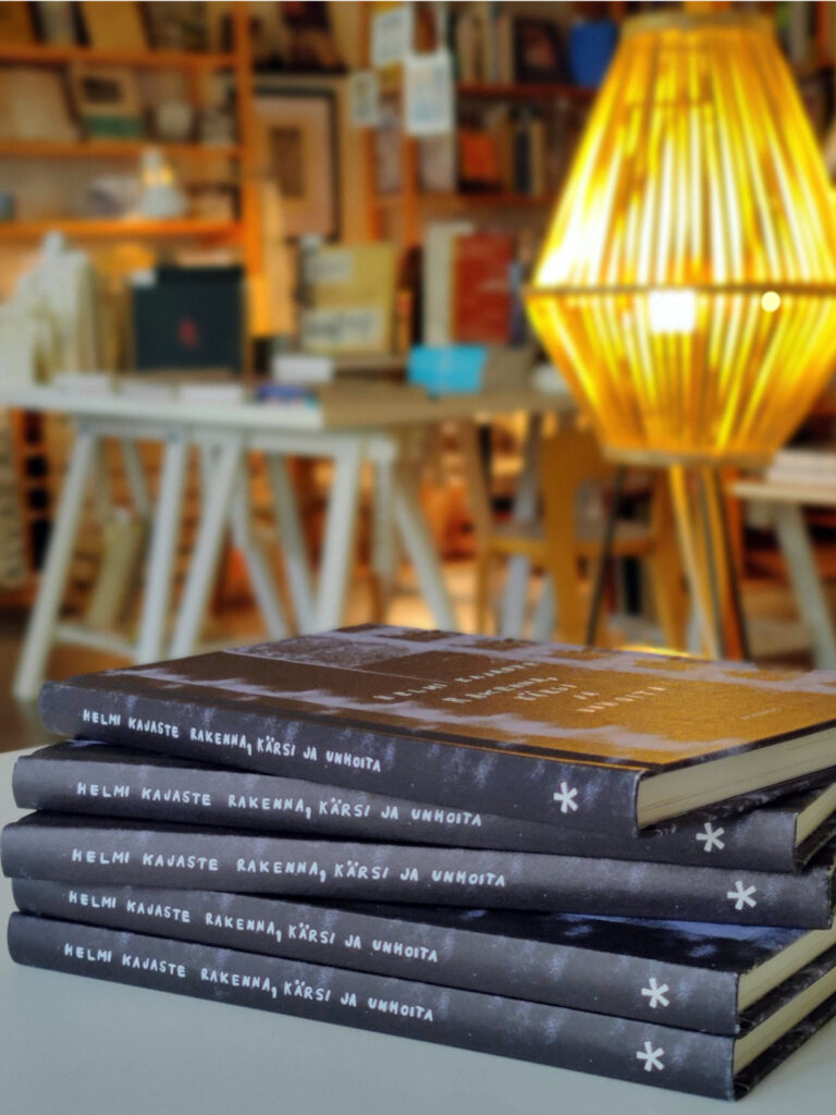 Rakenna, kärsi ja unhoita -kirjoja pöydällä